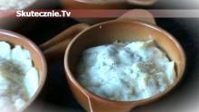 Ravioli w sosie serowo-ziołowym z kiełbaską i cebulką