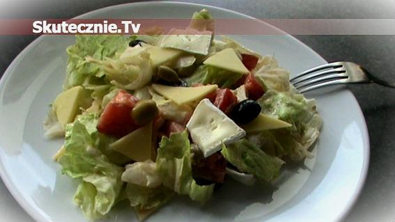 Sałatka serowa z sałatą i oliwkami
