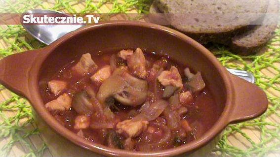 Kurczak w pomidorach z pieczarkami i ogórkiem