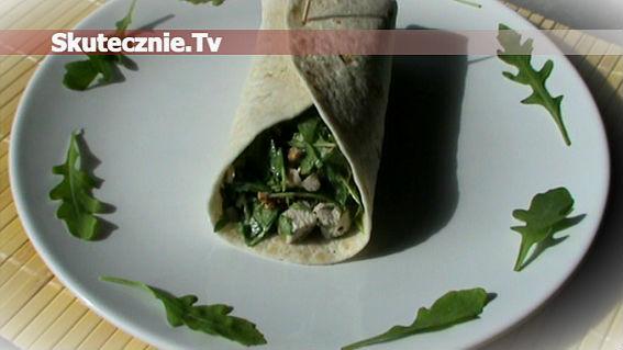 Tortilla z indykiem, rukolą i orzechami