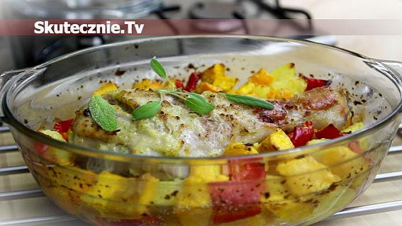 Pieczony indyk z warzywami w marynacie cebulowo-szałwiowej