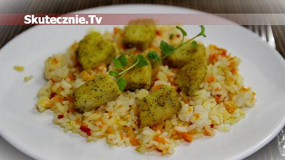 Złocista ryba na ryżu z porem i chilli