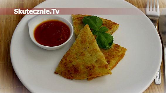 Placek ziemniaczany z boczkiem i sosem pomidorowym