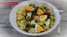 Sałatka z jajkiem, fasolką i suszonymi pomidorami