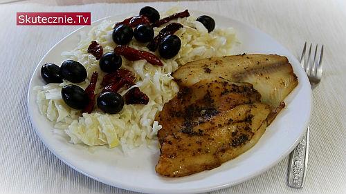 Ryba z kiszoną kapustą, suszonymi pomidorami i oliwkami