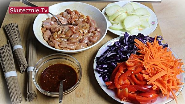 Soba z kurczakiem i warzywami z patelni