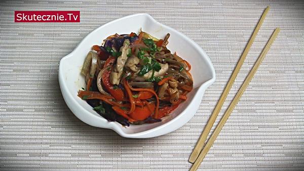 Makaron soba z kurczakiem i warzywami z patelni (stir-fry w stylu azjatyckim)