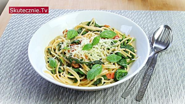 Letnie spaghetti z pomidorami i bazylią