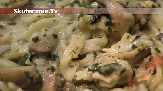 Ziołowy makaron z indykiem i pieczarkami w warzywach