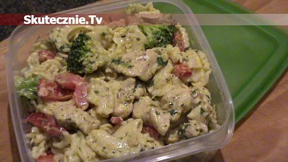Sałatka makaronowa z kurczakiem opiekanym w cebulce, brokułem i papryką