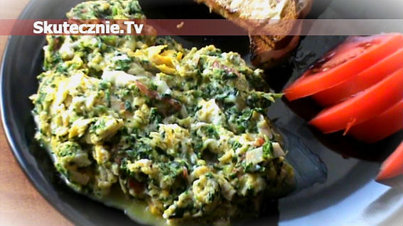Przepyszna jajecznica: szpinak, salami, szynka, cebula