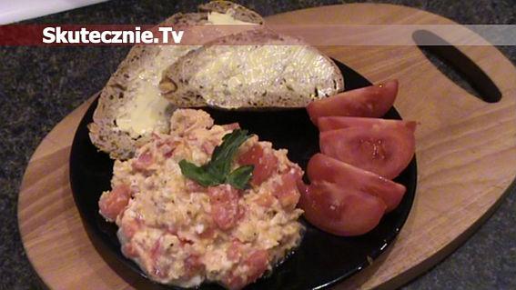 Przepyszna jajecznica: szynka, cebula, pomidor, kapary