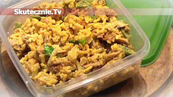 Sałatka weekendowa –ryż curry, pikantny kurczak, zielona papryka