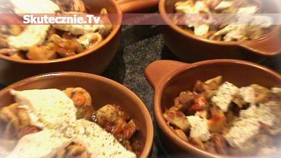 Tortellini w pikantnym sosie pomidorowym z kiełbasą i brokułami