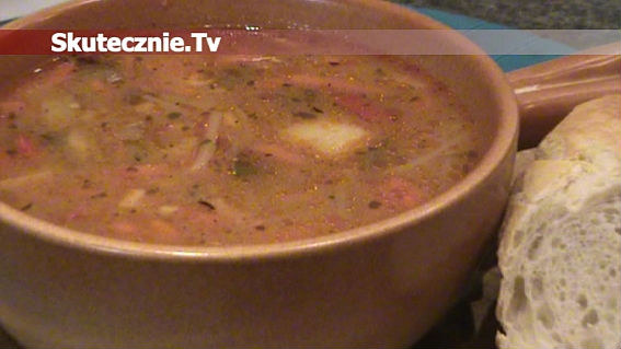 Zupa 'niby-gulaszowa' z mnóstwem warzyw i opiekanym mięsem