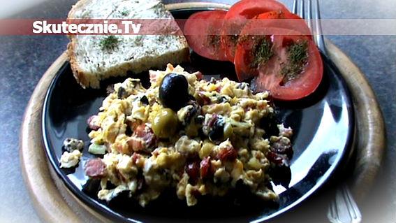 Przepyszna jajecznica: kabanos, boczek, oliwki, cebula