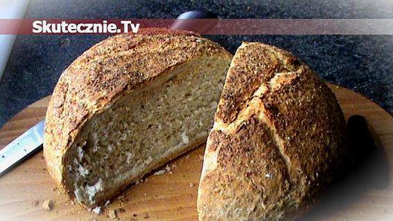 Domowy chleb ziołowy z cienką i chrupiącą skórką