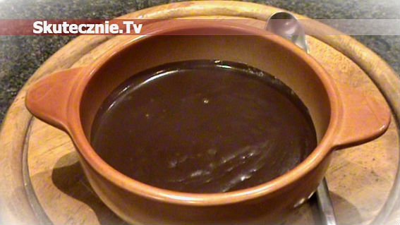 Domowy budyń czekoladowy z cynamonem i śmietaną