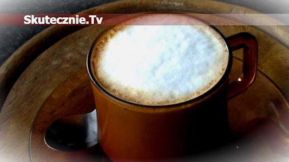 Kawa korzenna ze spienionym miodowym mlekiem