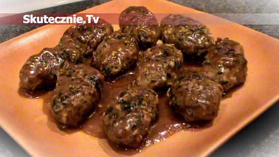 Zraziki wołowe ze szpinakiem i orzeszkami w prostym sosie winnym