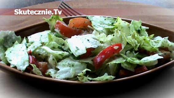 Prosta sałatka w sosie szpinakowo-czosnkowym