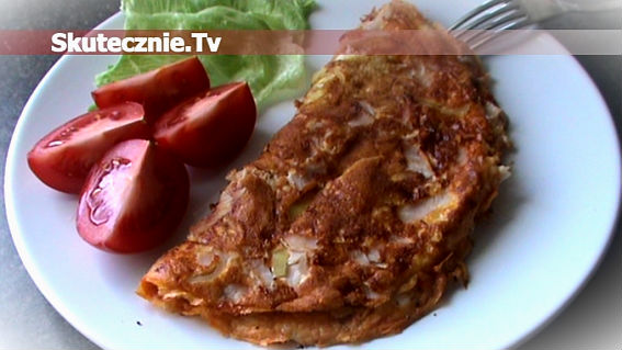 Pomidorowy omlet z szynką i cebulką