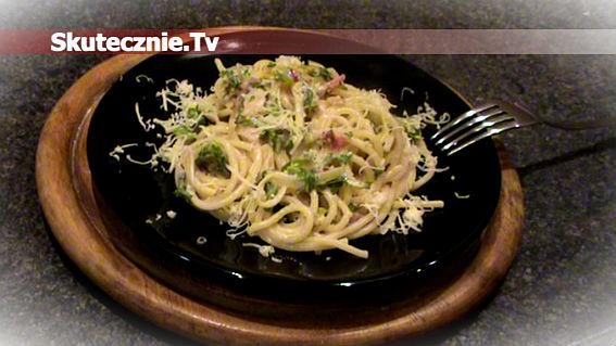 Spaghetti w sosie serowym z boczkiem i rukolą