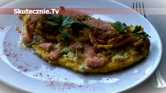 Omlet z wędzonym łososiem, twarogiem i szczypiorkiem