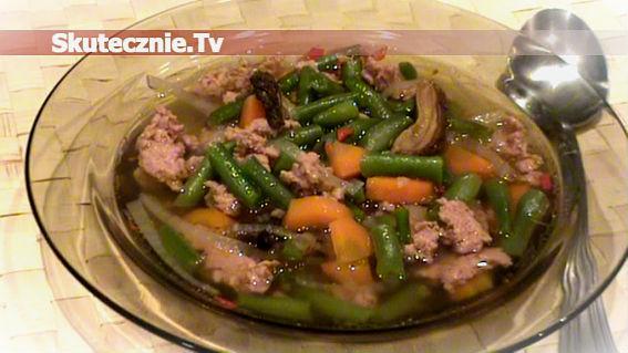 Lekka zupa fasolowa z mięsem i grzybami