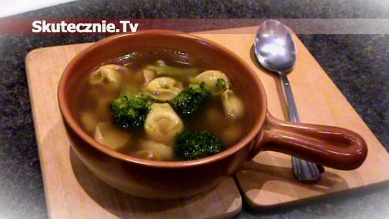 Czysta zupa brokułowa z tortellini