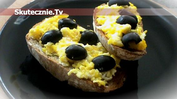 Grzanka z jajkiem i oliwką, czyli szybkie śniadanko;)
