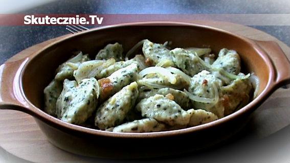 Leniwe pierogi ze szpinakiem w skwarkach i cebulce