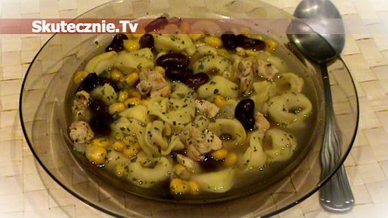 Szybka zupa z pikantnym kurczakiem i serowymi pierożkami