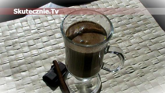 Mleczna kawa z czekoladą i cynamonem