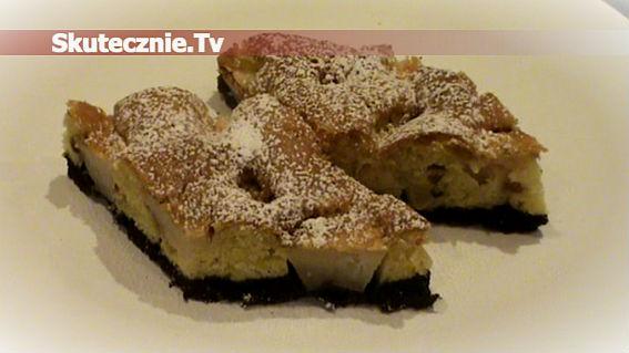 Ciasto z jabłkami na ciemnym spodzie