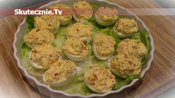Jaja faszerowane z żółtym serem, szynką i ogórkiem