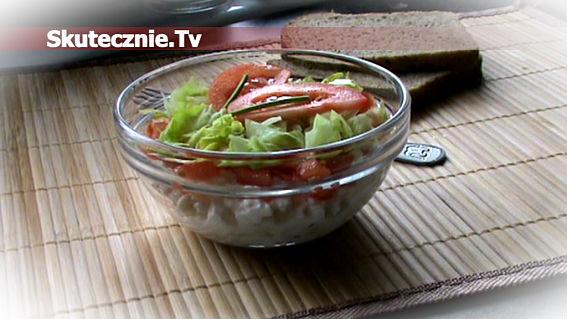Kolorowy twarożek z pomidorem i sałatą