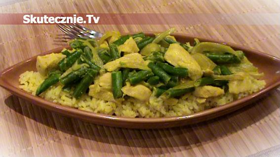 Kurczak z cebulą w kurkumie i z zieloną fasolką