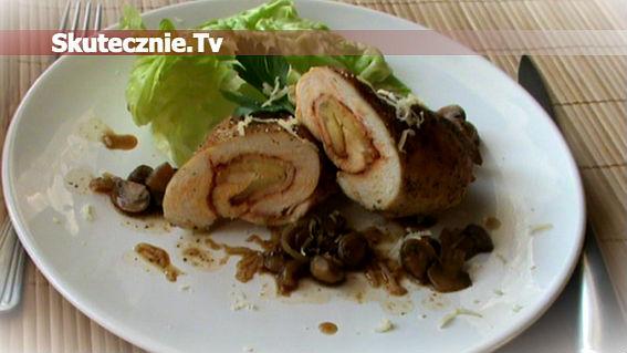 Roladki drobiowe z szynką i serem duszone w pieczarkach