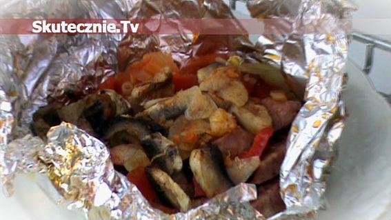 Pikantna kiełbasa z warzywami na grilla i nie tylko
