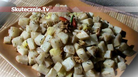 Smażony seler w tymianku z jabłkiem i orzechami