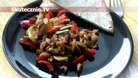 Szybkie danie -wiejska kiełbasa z ogórkiem i papryką