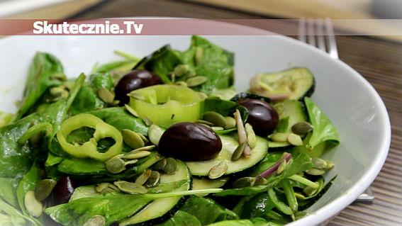Zielona sałatka z cukinii, szpinaku i papryki