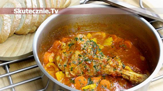 Udziec indyka w winie, pomidorach, marchwi i papryce