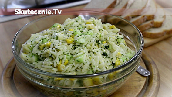 Sałatka makaronowa z ogórkiem i kukurydzą