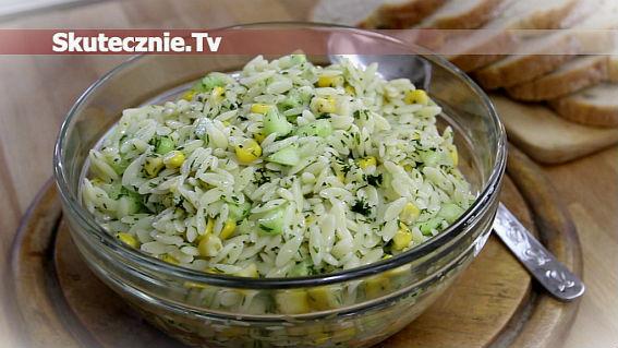 Makaronowa sałatka z ogórkiem i kukurydzą