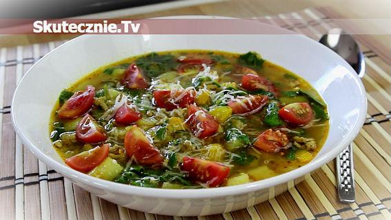 Pyszna zupa z mięsem i kolorowymi warzywami
