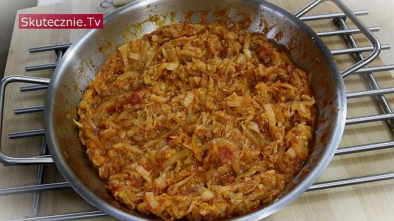 Zasmażana kapusta pekińska w pomidorach