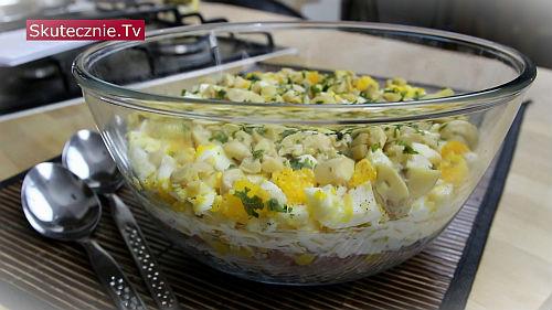 Warstwowa sałatka z ryżem, szynką i jajkiem