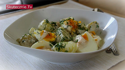 Młode ziemniaki z jajkiem i koperkiem w lekkim sosie jogurtowym